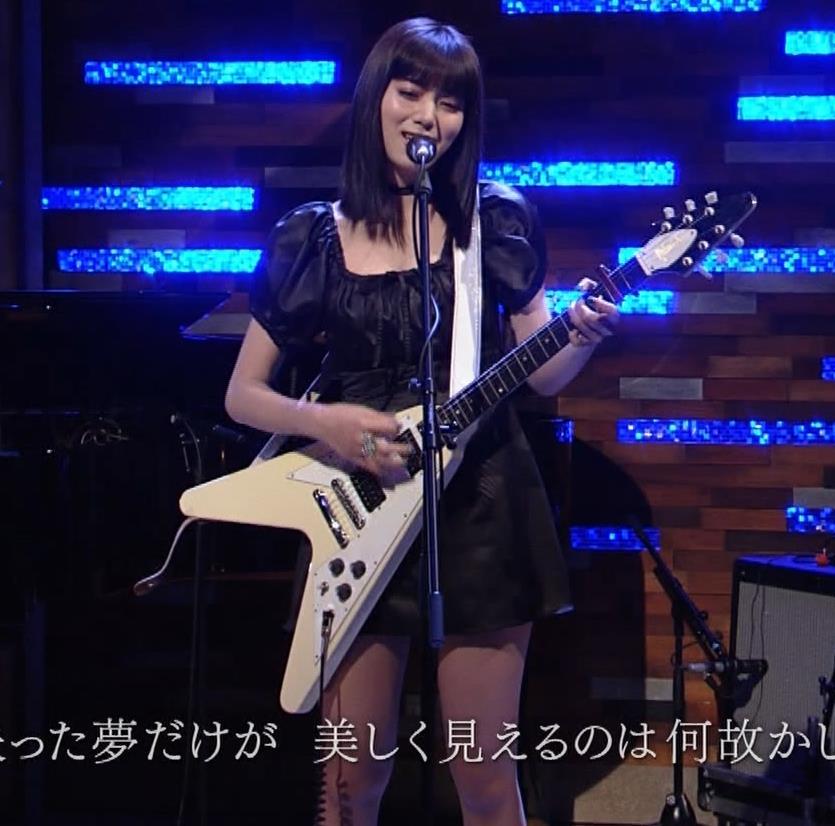 池田エライザ 短すぎるミニスカートで脚エロキャプ・エロ画像20