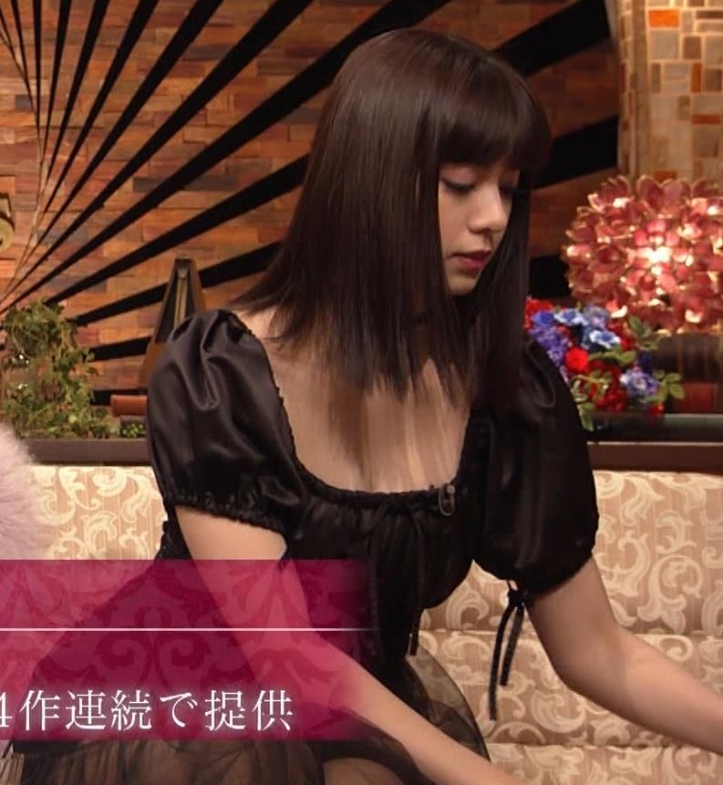 池田エライザ 短すぎるミニスカートで脚エロキャプ・エロ画像6