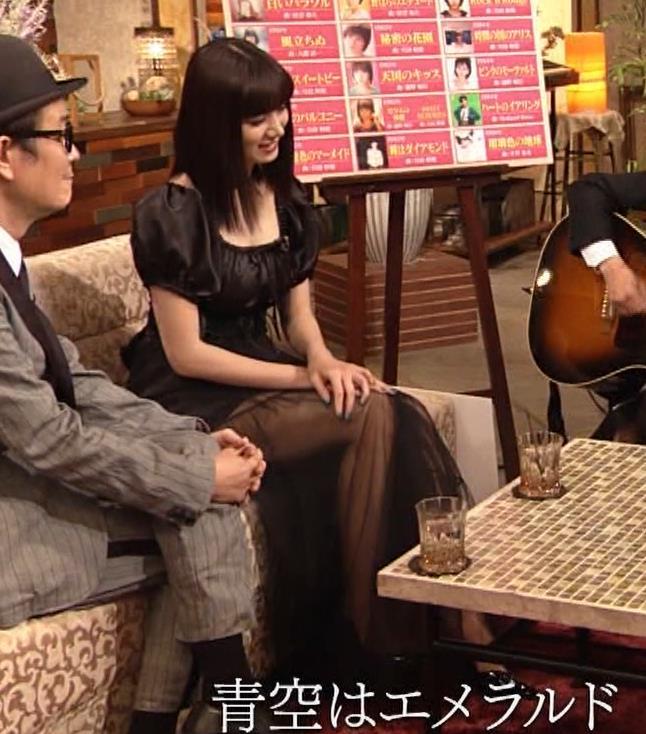 池田エライザ 短すぎるミニスカートで脚エロキャプ・エロ画像8