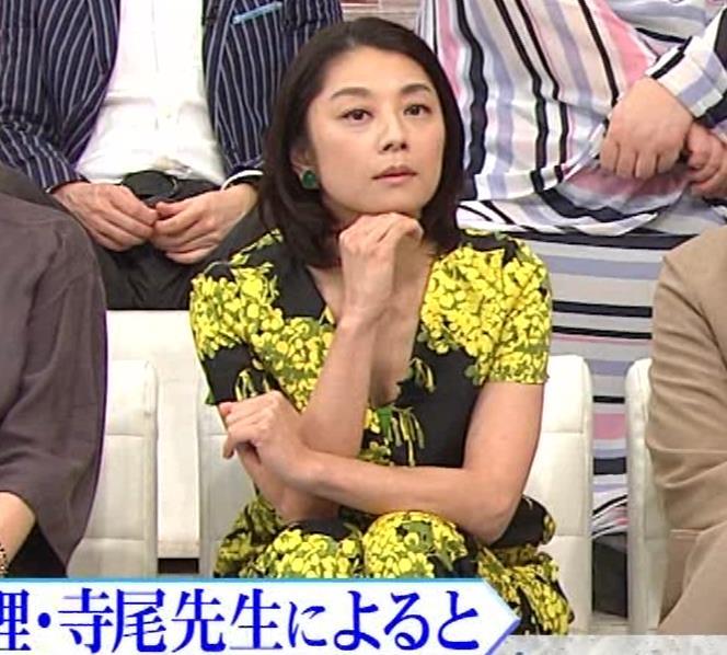小池栄子 胸元エロキャプ・エロ画像3