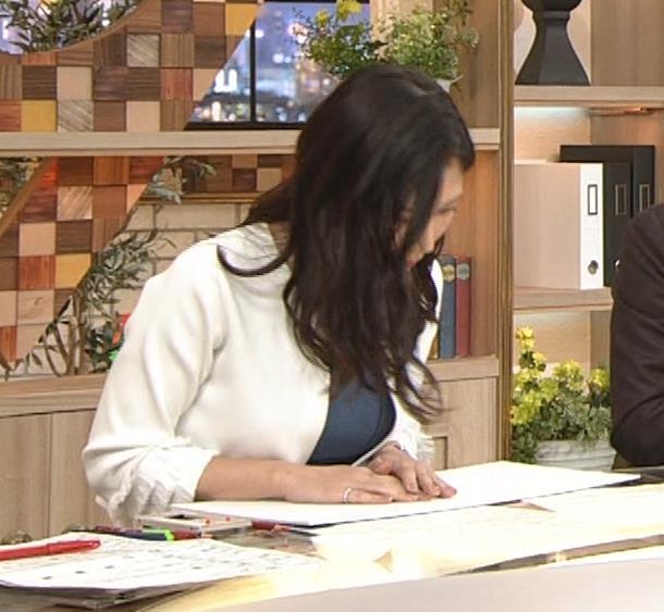 桑子真帆アナ 巨乳が猛アピールしてたよキャプ・エロ画像2