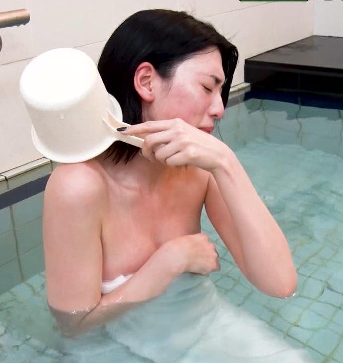 三吉彩花 おっぱいがこぼれ過ぎの入浴キャプ・エロ画像4