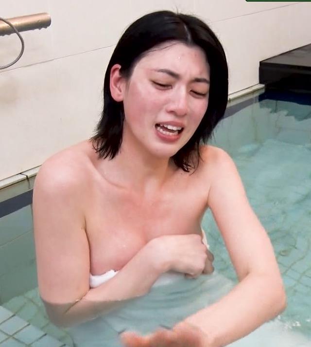 三吉彩花 おっぱいがこぼれ過ぎの入浴キャプ・エロ画像5