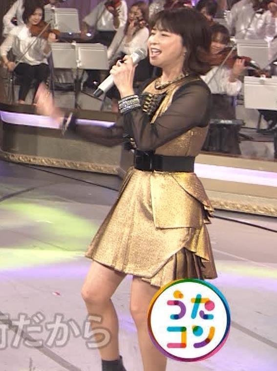 森高千里 ミニスカート(50歳)キャプ・エロ画像8