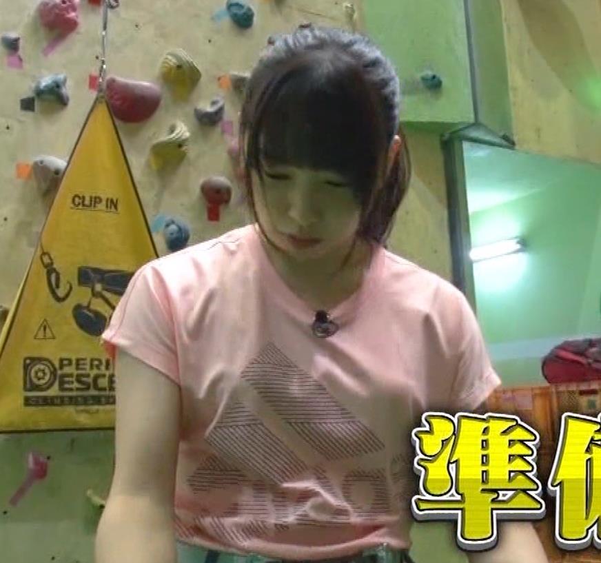 桜井日奈子 クライミングでのTシャツおっぱいキャプ・エロ画像
