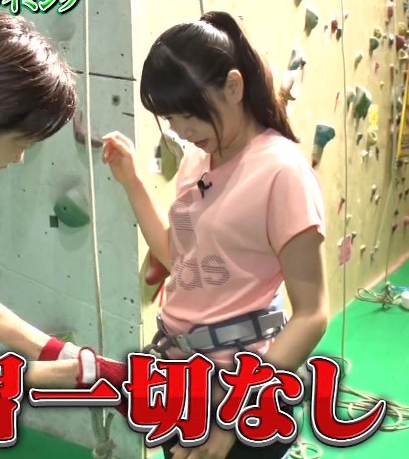 桜井日奈子 クライミングでのTシャツおっぱいキャプ・エロ画像2