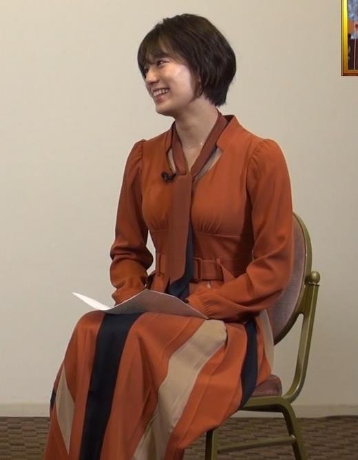 佐藤美紀 前かがみ胸チラキャプ・エロ画像