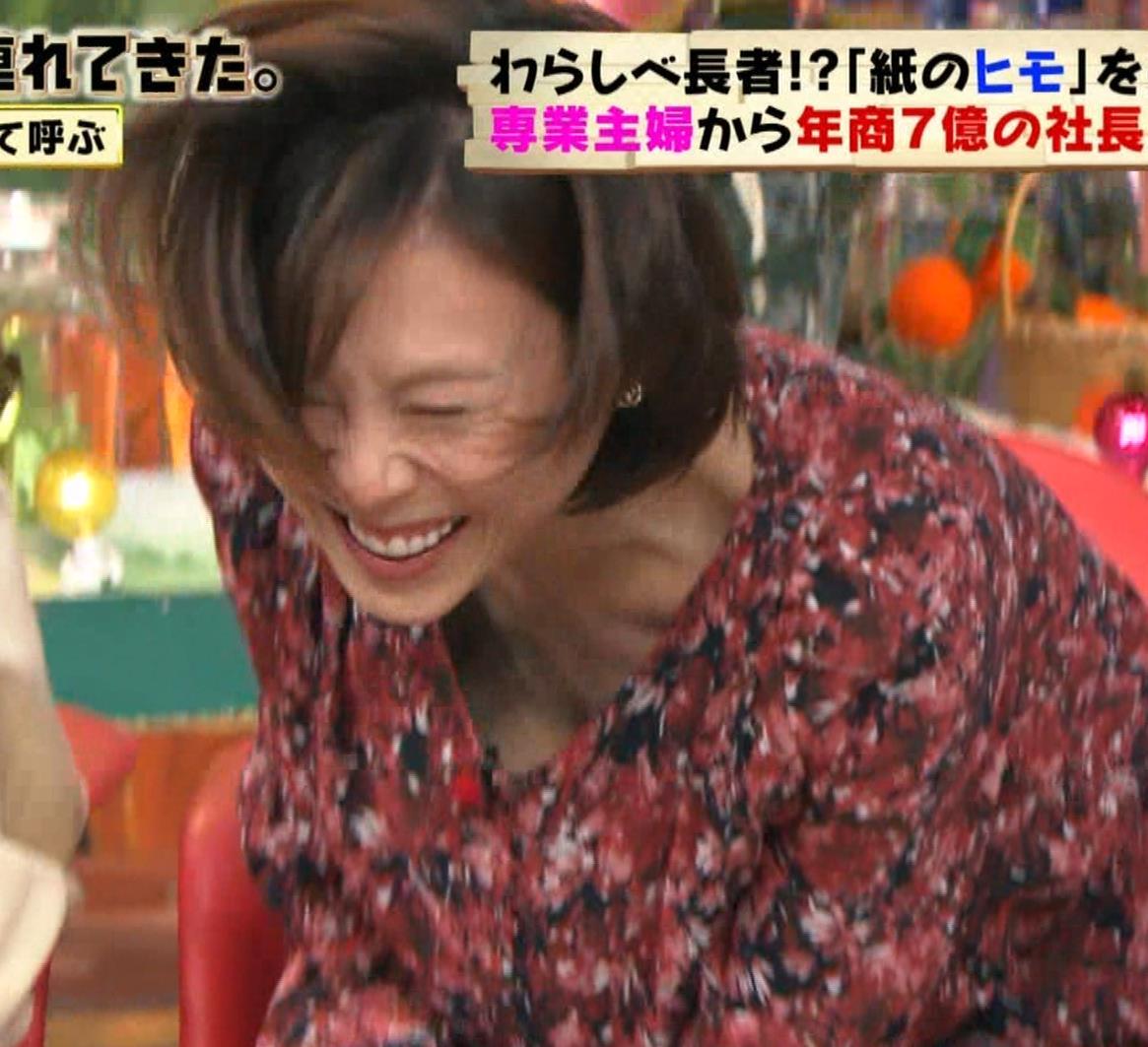 高橋真麻 胸チラ!!!キャプ・エロ画像2