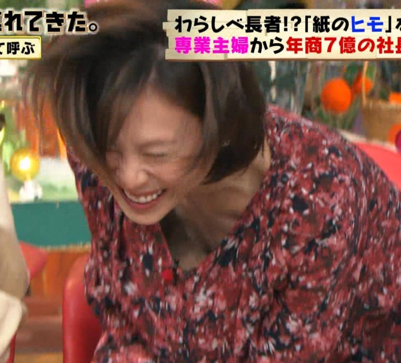 高橋真麻 胸チラ!!!キャプ・エロ画像5