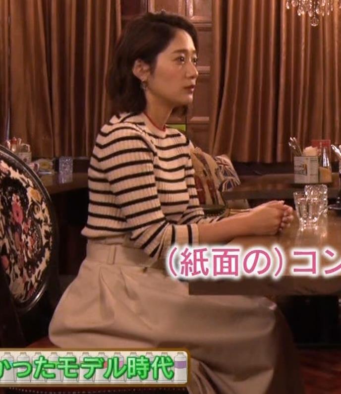 吉田明世 巨乳が際立つボーダーのニットキャプ・エロ画像7