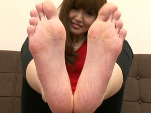 お姉さんの足の裏から湿って少し臭いそうな指の股までジックリ観察させてもらいます。
