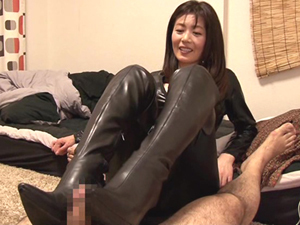 素人宅にレザースーツで現れブーツで足コキしてあげる痴熟女 三浦恵理子