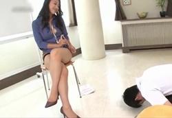 【痴女】タイトミニすぎる女性上司の誘惑パワハラ太腿コキ!本真ゆり1